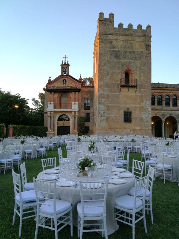 montaje-cena-exterior-de-catering-para-bodas