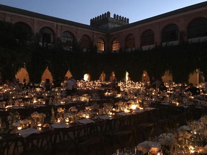 montaje-decoración-e-iluminación-de-cena-exterior-de-una-boda-de-lambel-ccatering